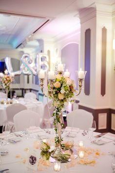 wedding venue decoration ♥ Hochzeits -Tischdekoration mit Silberleuchter, weiss, abricot, pastell, Foto: AufWolke7, Berlin