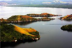 Lake Sentani , this lake has a beautiful view over the glittering water located near Jayapura, the capital of Papua.Keheningan water will make you feel like being in heaven peace. By embracing Cyclops Mountains in the north and lush vegetation as a beautiful backdrop and protect betengger 24 villages around the lake makes this lake is very beautiful and unique. People here are friendly and creative, the results of their craft is the best in the land of Papua.