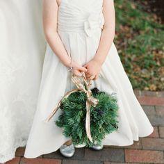 Bouquet de menina das alianças para casamento em Dezembro. #casamento #noiva #bouquet #meninadasalianças #verde #Natal