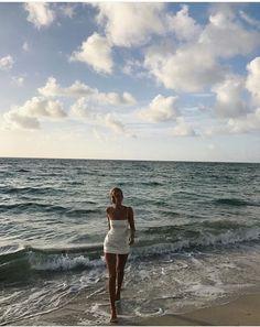 All about the beautiful summer vibes beach tote bag summer sea sunshine sand fashion The Beach, Beach Babe, Summer Feeling, Summer Vibes, Shotting Photo, Insta Photo Ideas, Summer Aesthetic, Summer Dream, Jolie Photo