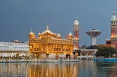 If there is one place that can knock you down with a feather like the Taj Mahal can.it's the Golden Temple in Amritsar. Wow, what an amaz. Guru Granth Sahib Quotes, Sri Guru Granth Sahib, Golden Temple Wallpaper, Harmandir Sahib, Nanak Dev Ji, Merry Christmas Gif, Golden Temple Amritsar, Guru Pics, Sikh Quotes