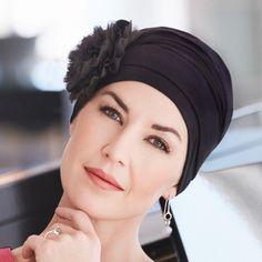 59 € - Le bonnet bambou Noir avec fleur se compose d'un bonnet en fibres de bambou offrant un motif fleur en mousseline de soie  un accessoire qui met en valeur votre coiffe et apporte une jolie touche de féminité