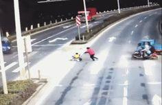 Cruce peligroso: camiones, moto, coche con bebe...