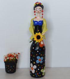*PREÇO UNITÁRIO    Bonecas na garrafa com detalhes em biscuit.    Variação nas cores e modelos sob consulta.    Cobertas com verniz fosco.    Em caso de dúvida, entre em contato.    Altura: 35.00 cm  Largura: 12.00 cm  Comprimento: 7.00 cm  Peso: 300 g Easy Paper Crafts, Cute Crafts, Diy And Crafts, Clay Wall Art, Clay Art, Bottle Painting, Bottle Art, Diy Plastic Bottle, African Dolls