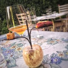"""Questo è il benvenuto dello #chef @marcoperezchef del ristorante @amista33 : i primi due """"peccati di gola"""" di un menu emozionante non a caso colti da una mela simbolo del frutto proibito...un invito a lasciarsi andare da tutte le inibizioni per concederci di godere del massimo piacere di stare a tavola... #gourmet #finedining #instafood #foodlover #bybloarthotel #valpolicella #amista33 #marcoperez #love #instagood #foodie #tasting #moments #foodporn #follow #daianalorenzato…"""