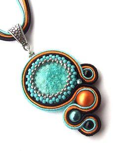 Nice combo of soutache and cab capture, from Adrienne. Soutache Pendant, Soutache Necklace, Resin Necklace, Diy Necklace, Bead Earrings, Pendant Jewelry, Beaded Jewelry, Beaded Bracelets, Stone Jewelry