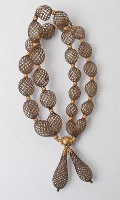 parure de deuil en or et cheveux tressés (les pendants d'oreilles attachés au collier)