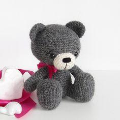 Sitting teddy bear amigurumi pattern by Kristi Tullus