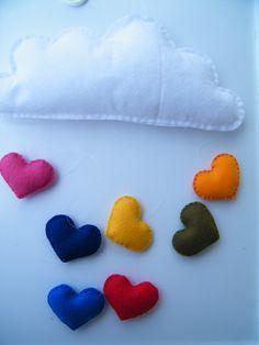 Móbile em feltro. Contém uma nuvem e 7 corações coloridos. Totalmente costurado à mão, enchimento em fibra acrílica siliconada anti-alérgica.   Ideal para decoração de berços, quartos ou para colorir qualquer outro ambiente à sua escolha!  *
