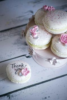 Splatter Macarons by Vanilla & Me Macaroon Cookies, Cake Cookies, Cupcakes, Cute Desserts, Delicious Desserts, Macaron Flavors, French Macaroons, Pink Macaroons, Macaroon Recipes