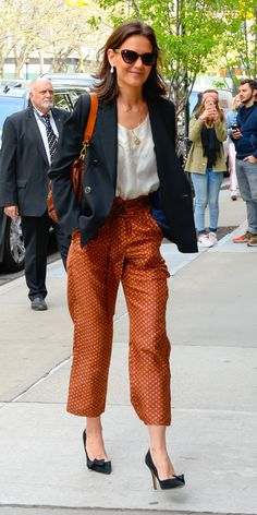 Katie Holmes attended a luncheon for the Tribeca Film Festival while wearing a white T-shirt tucked into loose trousers. A classic blazer, black pumps, Prive Revaux sunglasses, and a tan handbag completed her look. Katie Holmes, Fashion Casual, Fashion Outfits, Fashion Styles, Women's Fashion, Tan Handbags, Shirt Tucked In, Spring Jackets, Pants Outfit