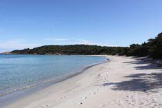 Camping Villata - St lucie de Porto Vecchio - Corsica  Is prachtig gelegen de camping is gekleed maar ligt aan een naturisten strand en een gekleed strand. Da kampeerplaatsen zijn 500 meter van het strand. Maar de camping heeft ook 10 bungalows direct aan het strand met uitzicht over zee
