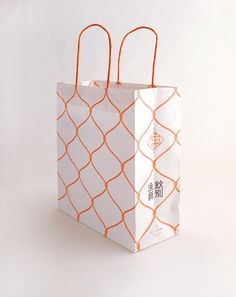 Wrap personal Winter items just as a qualified because of this simple detailed handbook with your pointers. Bag Packaging, Packaging Design, Paper Packaging, Branding Design, Gift Wrapping Techniques, Japan Package, Shopping Bag Design, Paper Bag Design, Japanese Wrapping