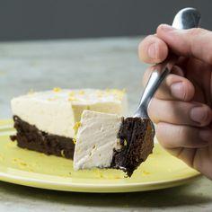 Aceita um pedacinho?   Duvidamos você fazer esta torta gelada de brownie e limão
