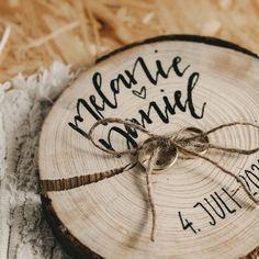 Modernes Ringkissen auf Astscheibe mit Namen und Hochzeitsdatum Sisal, Diy Inspiration, Alternative, Meaningful Sayings, Names, Other, Hang In There