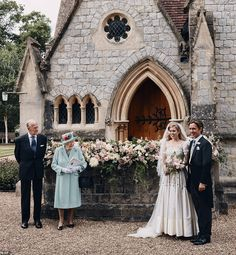 Queen Elizabeth II and Prince Philip stand alongside Princess Beatrice and Edoardo Mapelli Mozzi outside The Royal Chapel of All Saints at Royal Lodge, Windsor, after their wedding on July 18, 2020 Princesa Beatrice, Norman Hartnell, Princess Beatrice Wedding, Princess Eugenie, Royal Brides, Royal Weddings, Vestidos Vintage, Vintage Gowns, Elizabeth Ii