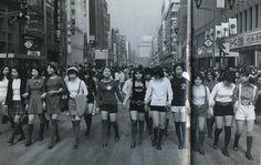 1971. Women in hot pants on the Ginza. Tokyo. 年(昭和46年)ホットパンツで銀座の歩行者天国を闊歩する女性たち。戦前~戦後のレトロ写真(@oldpicture1900)さん | Twitter