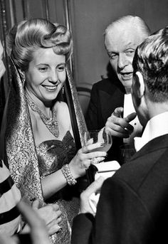 Eva Peron, wife of the president of Argentina Juan Perón and a powerful political influence, was born on this day in Below is a photo taken in July 1947 of Evita at a reception in Paris Sigmund Freud, President Of Argentina, All About Eve, Clint Eastwood, Queen Of Hearts, Perfect Woman, Women In History, Popular Culture, Actresses