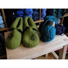 Filtede hjemmesko - gratis PDF opskrift Drops Design, Crochet Pattern, Slippers, Alaska, Latex, Knitting, Crochet Throw Pattern, Sneakers, Tricot