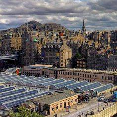 Edinburgh, you look stunning in the autumn sunshine! We love this view of the city's old town & Arthur's Seat from the Scott Monument.  Pic: @davie_spark / Instagram