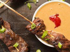 Recette facile de brochettes de boeuf avec une sauce aux arachides! Dip Recipes, Beef Recipes, Recipies, Ribs, Steak, Food And Drink, Favorite Recipes, Dinner, Ethnic Recipes