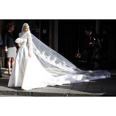 """Vogue México y Latinoamérica en Instagram: """"#VogueNovias Un vestido #Valentino y #Londres marcan la boda de la heredera #NickyHilton. #MrsRothschild da el 'sí, quiero' con una celebración que derrocha lujo."""""""