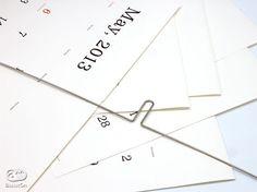 「Kaoru KASAI calendar」は折り畳んだ6枚の上質紙で構成されています。これを中央に穴を開け、金属のハンガーを通して吊り下げる、という方式。このカレンダーのために開発されたシンプルでとても使いやすい「Kハンガー」です。