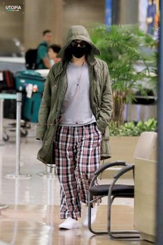 TOP at Incheon Airport back from LA - omg, he's wearing pjms at the airport T-T oh, top Airport Style, Airport Fashion, G Dragon Top, Vip Bigbang, Choi Seung Hyun, Korean Wave, Jiyong, Top Photo, Male Models