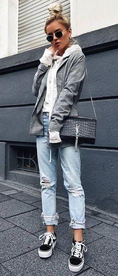 it girl - blazer-moletom-jeans-destroyed - moletom - meia estação - street style | A sobreposição também pode compor um outfit descolex e urbano com uma jeans destroyed e um vans.