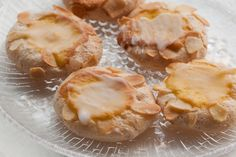 Almond biscuits w/ frangipane Camembert Cheese, Biscuits, Almond, Garlic, Favorite Recipes, Sweets, Vegetables, Desserts, Food