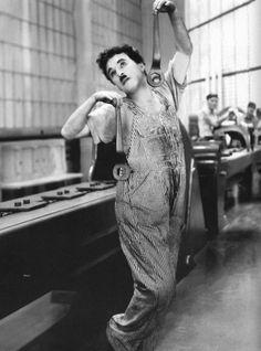 Charlie Chaplin in Modern Times, 1936 Classic Hollywood, Old Hollywood, Hollywood Stars, Charlie Chaplin Modern Times, Charly Chaplin, Charles Spencer Chaplin, Charles Bronson, Photo Star, Le Clown