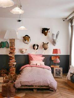 Idées lampes : à gauche : pile de vieux livres + à droite : petite robe poupée solidifiée !!
