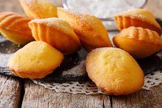 Confira como fazer madeleine: um bolinho de origem francesa em formato de concha delicioso! Os ingredientes e o modo de preparo são simples.