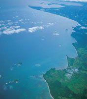 El litoral oriental del golfo, entre la desembocadura del río Atrato y punta Goleta, está conformado por una serie de accidentes topográficos que marcan el fin de la serranía del Darién.