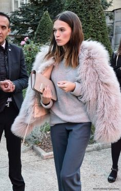 fashion-grey-on-grey-styled-with-pink-fur-jacket-street-style-outfit-paris-chloe-peopleandstyles-com-4