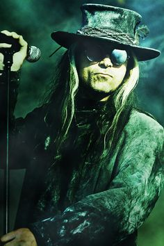 Carl McCoy (Fields of the Nephilim) being badass
