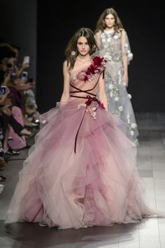 Marchesa at New York Fashion Week Spring 2018 - Runway Photos Style Haute Couture, Couture Fashion, Runway Fashion, Womens Fashion, Ladies Fashion, Marchesa Fashion, Marchesa Gowns, Fashion Trends, Vestidos Fashion