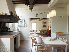 Una zona relax è annessa  alla cucina:  la maxi apertura sulla parete divisoria trasforma i due ambienti in un unico grande open space.