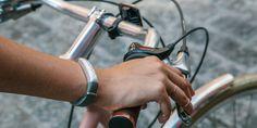 Jawbone UP 3 - de meest geavanceerde Jawbone tot nu toe: Het polsbandje is een stuk lichter en smaller dan de Jawbone UP24 of de Jawbone UP. Daarnaast is 'ie een stuk geavanceerder om zo nog meer data te verzamelen. Zo bevat de waterproof Jawbone UP 3 sensoren die de huid- en omgevingstemperatuur gedurende de dag kan meten en kan het bandje een bio-elektrische impedantie analyse maken. Zo krijg je inzicht in je hartslag, vochtpeil en vetpercentage.