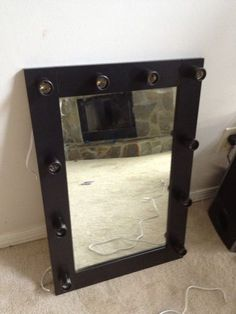 I've been spotting some fantastic DIY vanity mirror recently. Here are 17 ideas of DIY vanity mirror to beautify your room Diy Makeup Mirror, Diy Vanity Mirror With Lights, Makeup Shelves, Diy Mirror, Vanity Mirrors, Mirror Ideas, Vanity Ideas, Makeup Vanities, Lighted Mirror