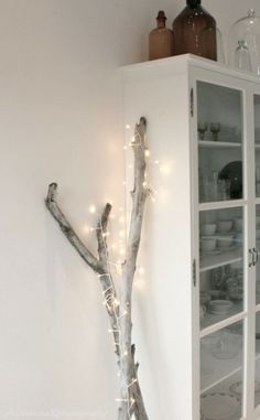 Christmas lights are festive and cozy and if you are like me you can't wait to get them out. Here are a few simple indoor Christmas lights i. Decoration Branches, Branch Decor, Light Decorations, Branches Allumées, Lighted Branches, Branches With Lights, White Branches, Diy Décoration, Easy Diy