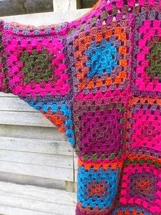 granny square poncho Excellent Screen Granny Squares cardigan Style Crochet Granny Squares function upright, yet weaving in all the ends takes time. There is no easy wa Granny Square Sweater, Granny Square Häkelanleitung, Granny Square Projects, Granny Square Crochet Pattern, Crochet Granny, Crochet Patterns, Granny Squares, Gilet Crochet, Crochet Coat