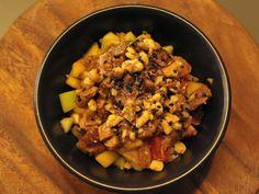 Pork Jumbled Luzon: una ricca scodella di riso con spezzatino di maiale, mango, ananas e anacardi, guarnito con salsa di adobo da YUM a Milano.