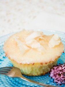 Cupcakes de pera y coco, muy esponjosos y ligeros. Una receta sana, con la opción de utilizar ingredientes tradicionales.