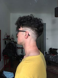 Curly hair fade, men's hairstyle, barber ideas Mens Braids Hairstyles, Permed Hairstyles, Curly Hair Tips, Short Curly Hair, Hair And Beard Styles, Curly Hair Styles, Hair Barber, Cool Mens Haircuts, Swagg