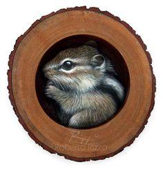 Un'opera d'arte affascinante e realistica! Questo dolcissimo scoiattolo striato dipinto a mano e inserito nella sua tana di legno ti conquisterà!