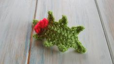 (crochet) How To Crochet a Holly Leaf with Berries - Yarn Scrap Friday. Im getting into the festive spirit this week as I show you how to crochet a holly leaf with berries! Perfect for making into a wreath or adding to gift wrap. Christmas Scenes, Christmas Makes, Merry Christmas, Christmas 2019, Crochet Stitches For Beginners, Crochet Videos, Christmas Crochet Patterns, Crochet Christmas, Crochet Winter