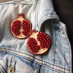 236 отметок «Нравится», 27 комментариев — БРОШЬ ИЗ БИСЕРА (@brooch_garden) в Instagram: «Повышаем гемоглобин и укрепляем сердце с помощью свежих гранатов ❤ А эти броши зарядят правильным…» Bead Embroidery Jewelry, Ribbon Embroidery, Beaded Embroidery, Embroidery Designs, Bead Jewellery, Beaded Jewelry, Brooches Handmade, Handmade Jewelry, Lesage