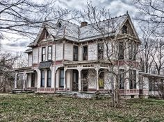 Abandoned house in Ohio , if these old houses could talk, the stories we would hear. Old Abandoned Buildings, Abandoned Property, Old Buildings, Abandoned Places, Abandoned Castles, Abandoned Ohio, Old Mansions, Abandoned Mansions, Beautiful Buildings