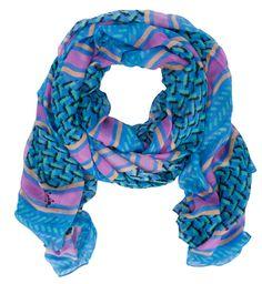 Cooler Schal in Blau, Grün, Orange und Pink von Lala Berlin. Der weiche, längliche Schal hat ein außergewöhliches Muster mit Streifen und einem stilisierten Karo. Es passt perfekt zu einer lässigen Jeans und einem Tank-Top!